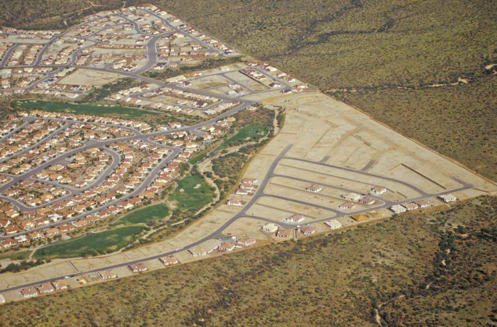 Vue aérienne d'un quartier résidentiel et de son parcours de golf en plein désert, Tucson, Airzona / Shutterstock